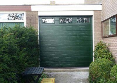 Marken Volendam woodgrain sectionaaldeur met vensters